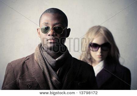 Elegante afrikanische Mann mit Schaufensterpuppe im Hintergrund
