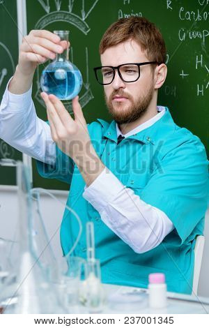 Smartman scientist making chemical experiments in the laboratory. Educational concept. Discovery.