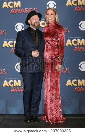 LAS VEGAS - APR 15:  Kristian Bush, Jennifer Nettles, Sugarland at the Academy of Country Music Awards 2018 at MGM Grand Garden Arena on April 15, 2018 in Las Vegas, NV
