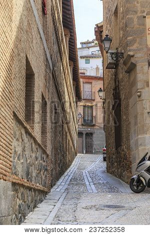 Toledo, Spain - May 25, 2017: It Is One Of The Oldest Narrow Laynes Of A Medieval City.
