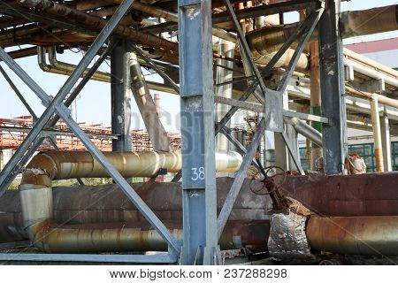 Pipeline Estocada, Pipes With Steam And Condensate In Isolation, With A Large Gate Valve With Quick-