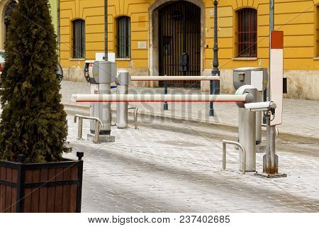 Barrier For Vehicles With Automatic Entry System, Barriers For Cars To Enter And Exit