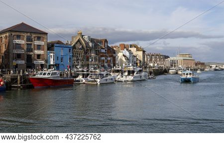 Editorial Weymouth, Uk - September 11th, 2021: Working Fishing Boats Moored Up At Custom House Quay