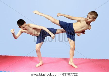 Blows legs are training two athletes in shorts