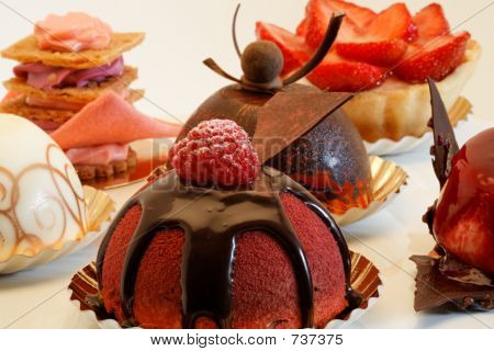 designer cakes on a pie plate