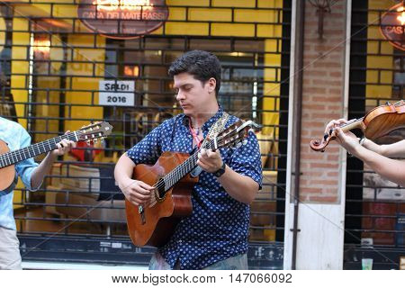 Ferrara, Italia - August 25, 2016: The Ferrara Buskers Festival is dedicated to the art of the street. Die wandervogel, four artists with different musical backgrounds, offering traditional music songs of various nations since 1800