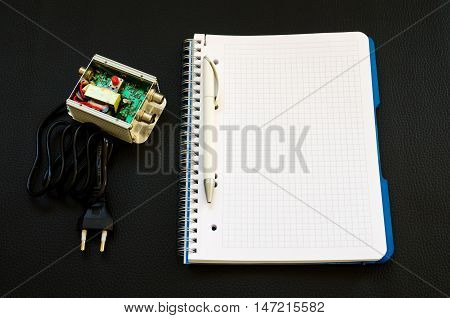 Electronic device with a notebook with empty space and a pen next to him