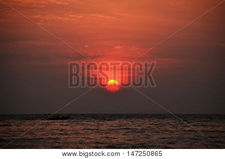 Atardecer desde el mar en Phi Phi Islands, Thailand.