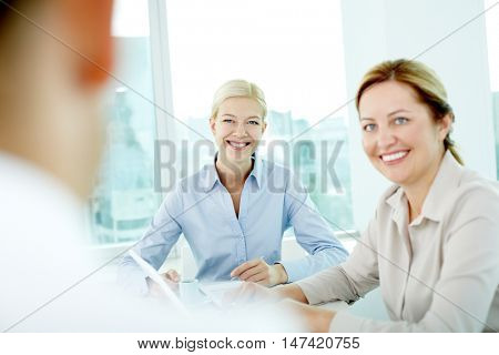 Two woman listening friendly to their colleague, the focus is on the youngest