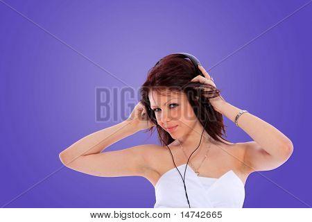 Frau und Musik über farbigen Hintergrund einschließlich Beschneidungspfad