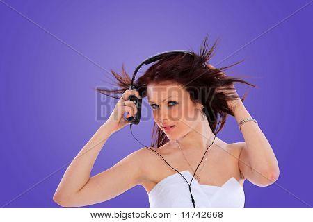 Frau und Musik über farbigen Hintergrund - einschließlich Beschneidungspfad