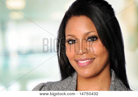 Retrato de mulher afro-americana em um ambiente de escritório