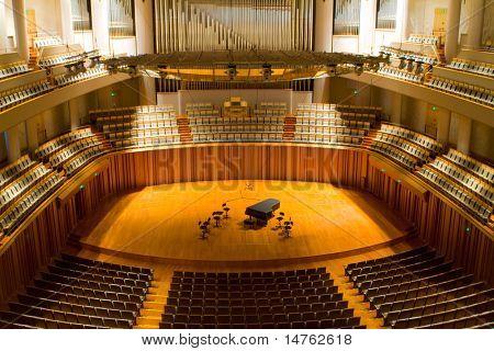 moderne Konzerthalle mit Klavier auf der Hauptbühne