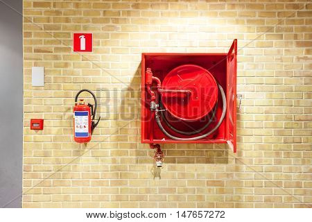 an fire hose hanging on the wall in an staircase