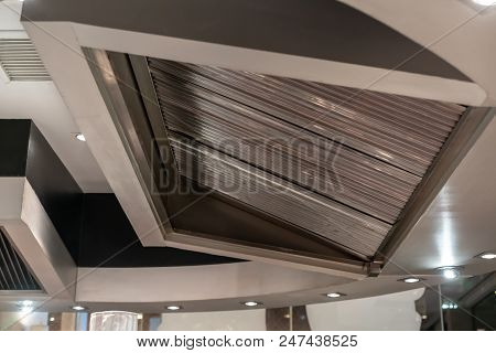 Stainless Exhaust Hood And Ventilation For Teppanyaki Kitchen Restaurant.