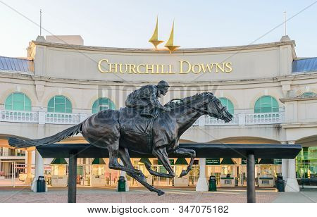 Louisville, Kentucky, Usa - April 4, 2016   Entrance To Churchill Downs Featuring A Statue Of Kentuc