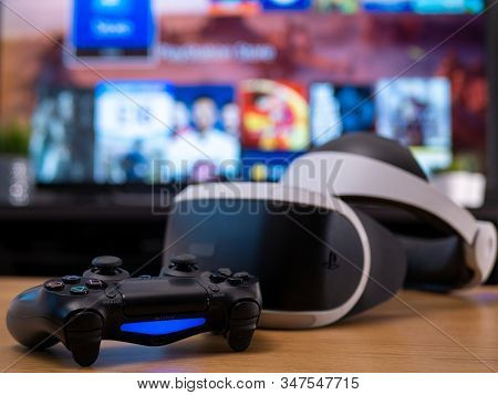 Uk, Jan 2020: Virtual Reality Vr Sony Headset For Playstation With Dualshock Remote Controller In Ho