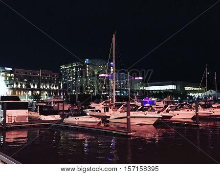 Imagem do porto de Washington iluminado a noite