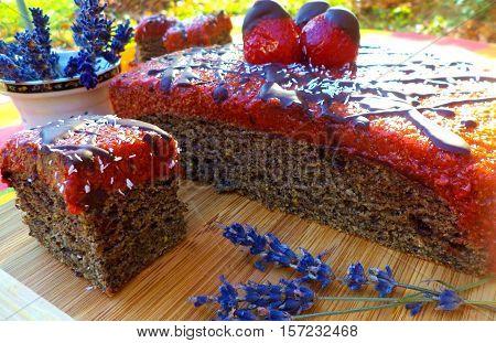 Vegán,epres-mákos, házi sütemény. Alja bögrés mákos, teteje nyers, epres réteg csokival. Egyszerű, gyors,mutatós, finom  sütemény.