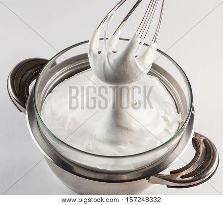 Preparation of Swiss meringue bain-marie heating technique