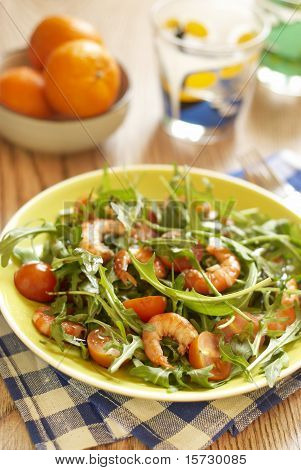 Salad with tomatoes and shrimps
