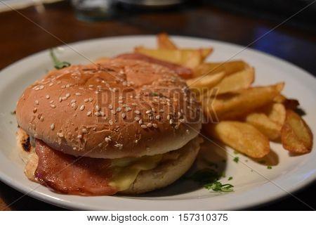 plato con hamburguesa casera y papas fritas