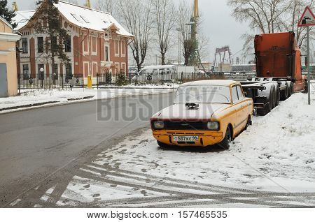 06.11.2016.Russia.Saint-Petersburg.The car is on a city street in winter.