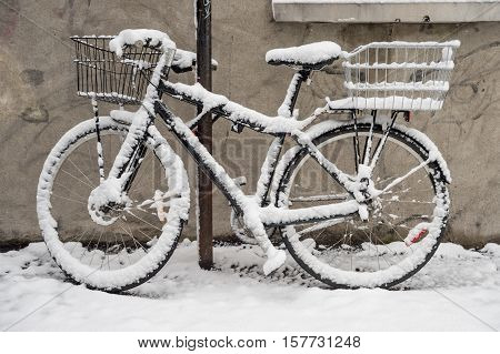 Bike covered with fresh snow in Montreal during snow storm (November 2016)