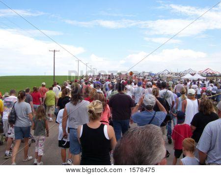 Menge zu Fuß zu Ereignis Sommer