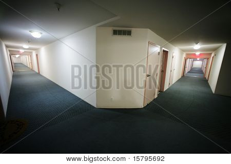 Luxusapartment-Gebäude Interieur mit zwei sehr langen Korridore, breite Engel Ansicht.