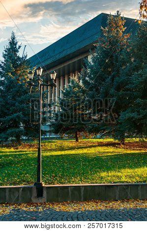 Park Lantern Near The Uzhgorod Drama Theater. Lovely Urban Scenery At Sunrise In Autumn