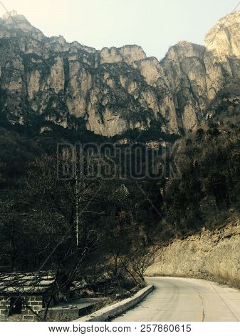 Long Ago In Linzhou, People Living In The Deep Mountains May Have No Chance To Walk Out Of The Mount