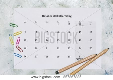 Monatskalender Oktober 2020. Translation: Monthly October 2020 Calendar. Paper October Month Calenda
