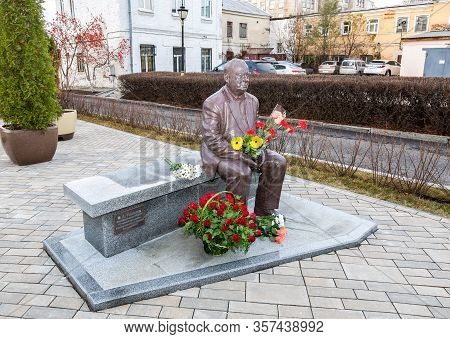 Samara, Russia - November 18, 2017: Monument To The Famous Russian Film Director Eldar Ryazanov (192