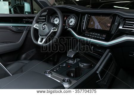 Volkswagen Touareg - - Steering Wheel, Shift Lever, Multimedia  Systeme, Driver Seats And Dashboard.