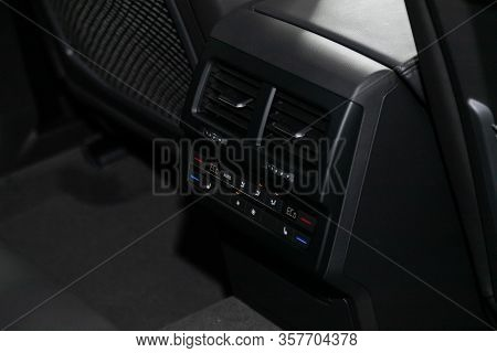 Volkswagen Touareg - Close Up Car Ventilation System And Air Conditioning For Rear Sesats - Details