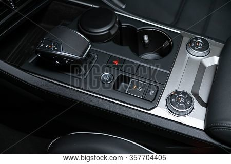 Volkswagen Touareg - Close-up Of The Accelerator Handle And Suspension, Parking  And Traction Contro