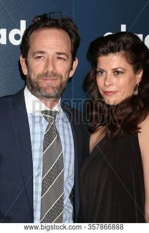 LOS ANGELES - APR 1:  Luke Perry and Wendy Madison Bauer, Guest at the 28th Annual GLAAD Media Awards at Beverly Hilton Hotel on April 1, 2017 in Beverly Hills, CA