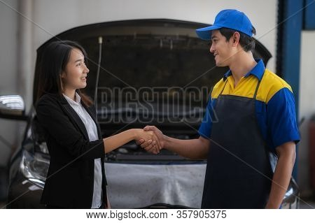 The Car Mechanic And The Female Customer Talk And Hold Hands To Repair The Car Of The Girl In The Ca