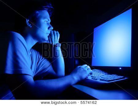 Mann an Computer-Bildschirm