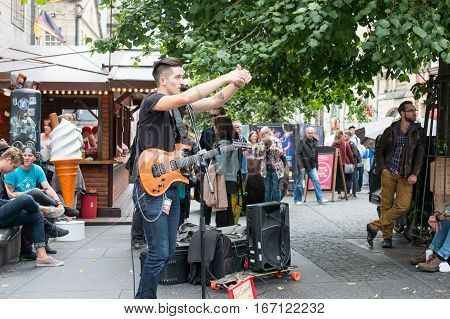 Edinburgh, Scotland - 23 August 2016 : Musician Playing Guitar And Signing At Royal Miles On 23 Augu