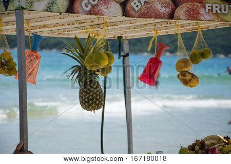 Venta de jugos naturales en la playa, frutas y bebidas.