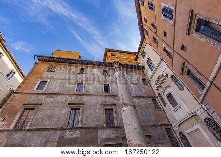 Colonna Della Antico Teatro In Rome