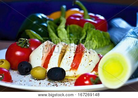 Breakfast not only had their fill, but please the eyes their color. Mozzarella with tomatoes and olives Barracuda salad flavored with olive oil, pepper and salt.