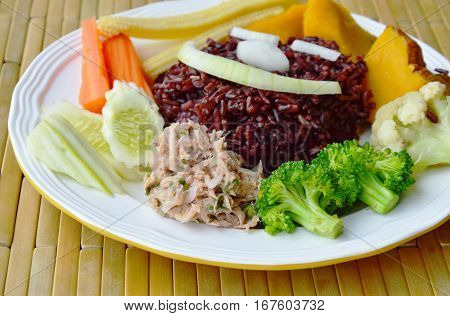 brown rice eat with spicy tuna salad and vegetable clean food on dish
