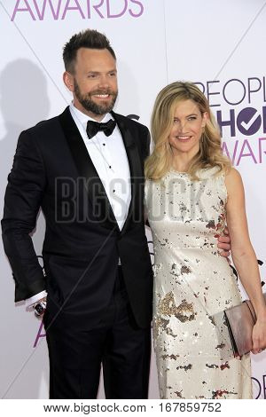 LOS ANGELES - JAN 18:  Joel McHale, Sarah Williams at the People's Choice Awards 2017 at Microsoft Theater on January 18, 2017 in Los Angeles, CA