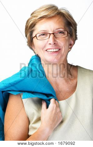 Połowie dorosła kobieta uśmiechając się