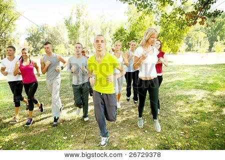 große Gruppe von jungen Menschen im park