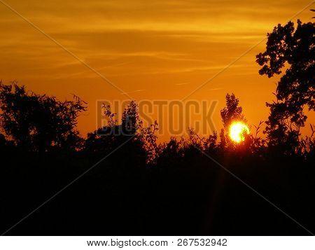 Pôr do sol em um céu laranja sem filtro