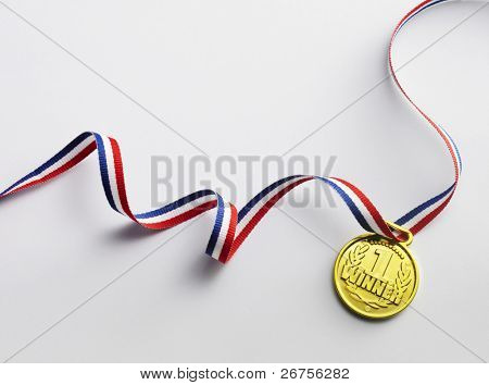 medaglia d'oro con nastro su sfondo bianco